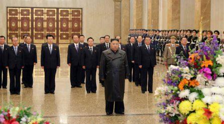 김정은위원장 광명설에 즈음해 당중앙위원회정치국성원들과 금수산태양궁전참배