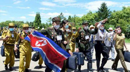 [노동신문] 6차전국노병대회 참가자들 평양도착